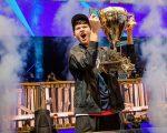 Kyle Giersdorf, alias Bugha, levanta el trofeo de la Copa del Mundo de Fortnite en Nueva York