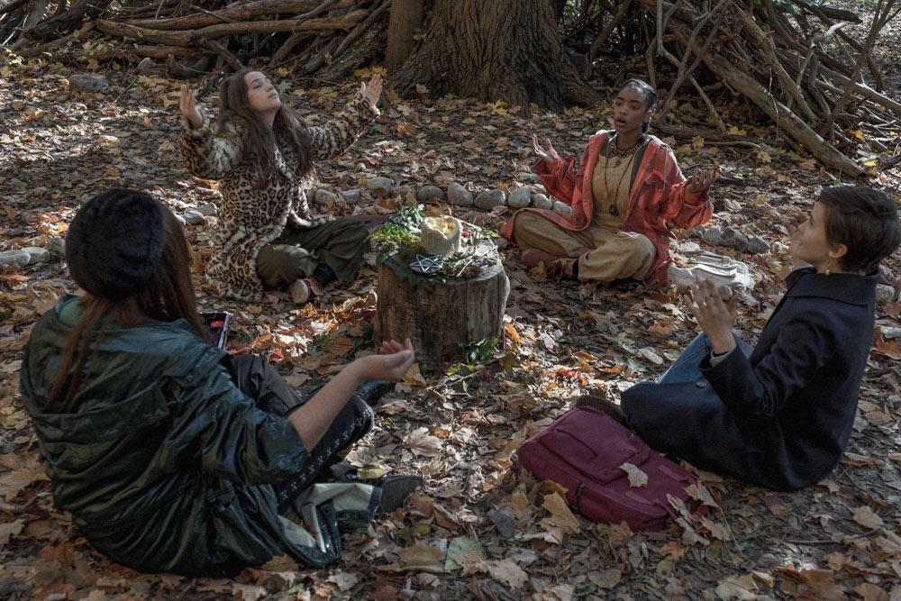 'Jóvenes y brujas': Las brujas glam derrotan sin esfuerzo al heteropatriarcado post image